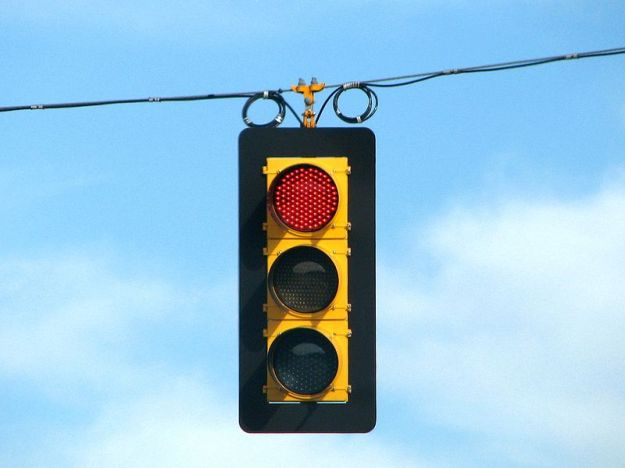800px-LED_traffic_light_on_red