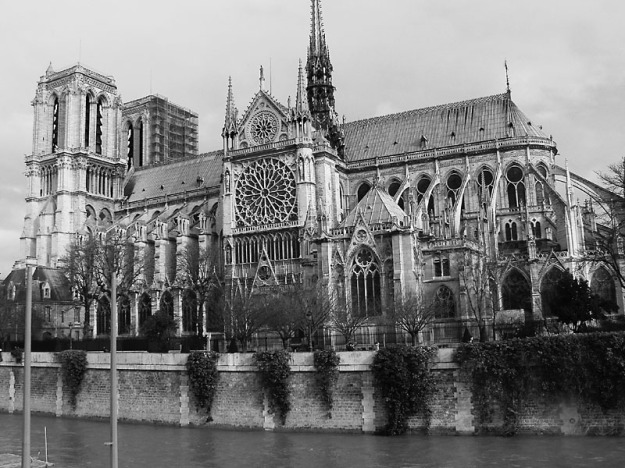 notre-dame-bw